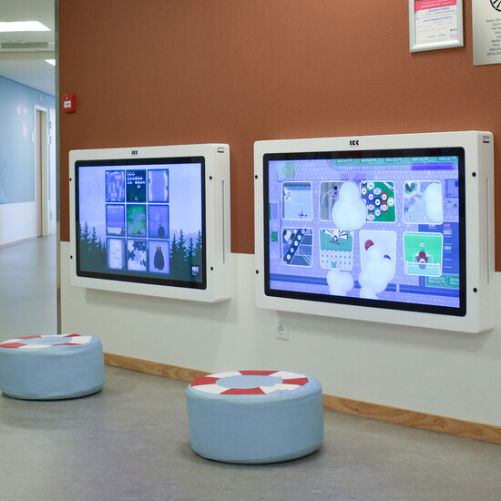 een 43 inch interactief speelscherm met touchscreen voor in een kinderhoek of wachtruimte
