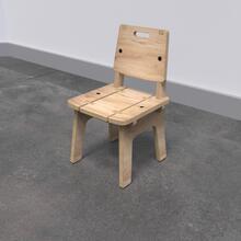 Op deze afbeelding ziet u de Buxus Chair wood uit de kindermeubel collectie Buxus