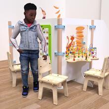 Op deze afbeelding ziet u een kind bij de Buxus Chair wood uit de kindermeubel collectie Buxus
